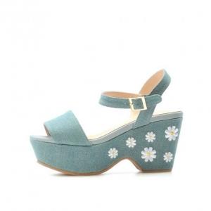 รองเท้าสไตล์ญี่ปุ่น งานปักดอกไม้เก๋ๆ สวยด้วยผ้ายีนส์ ใส่ทั้งวันก็ไม่เหมื่อยพื้นรองเท้านิ่มใส่สบายสูงมาทั้งด้านหน้าไล่ไปถึงหลัง สวยน่ารักดูดี ให้คนมอง ยี่ห้อ OLIVE des Olive Japan